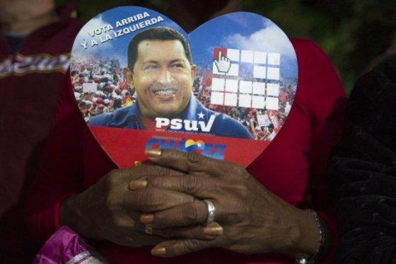 627446-partisane-president-chavez-tient-photo[1]