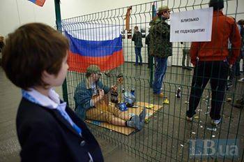 «Осторожно русскіє: Місце окупанта у клітці!»: Προσοχή Ρώσοι! Κλείστε τον κατακτητή στο κλουβί!
