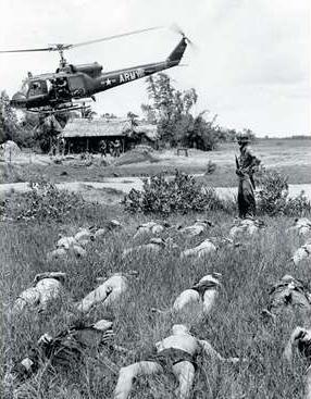 Rolling Thunder: un hélico US survole des cadavres de guérilléros Viet Cong près du village de Tan Phu . AP